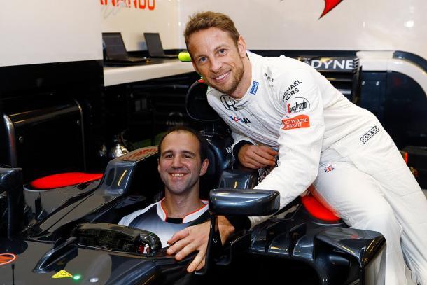 Jenson Button y su ingeniero, Tom Stallard, tras el abandono del inglés   Fuente: McLaren