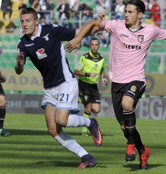 Milinkovic-Savic y Goldaniga pelean el balón. | Foto: Lazio