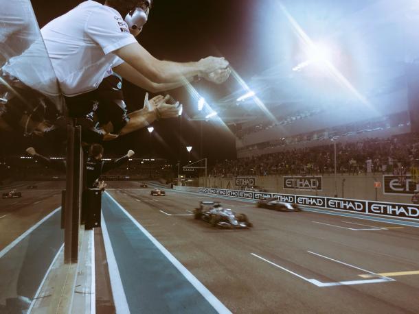 Lewis y Nico cruzan la línea de meta   Fuente: Mercedes AMG