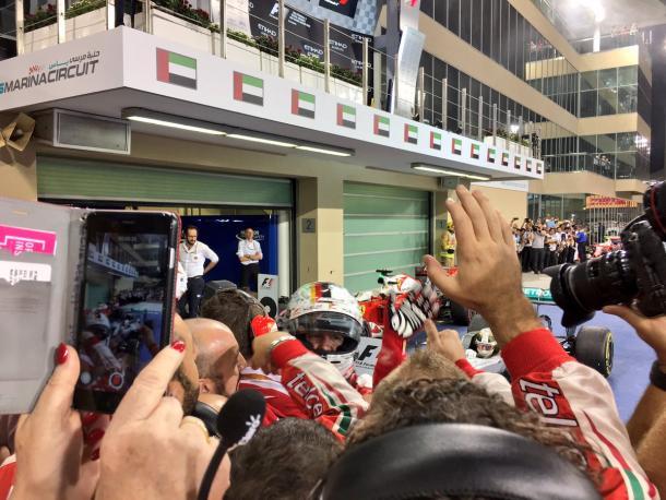 Sebastian Vettel celebra su podio con sus mecánicos | Fuente: Scuderia Ferrari