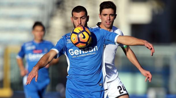 Marilungo protege la pelota ante la atenta mirada de Mattia Vitale | Foto: AC Cesena