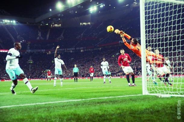 La parata di Adrian sul tiro di Rooney | Foto: MUFC getty