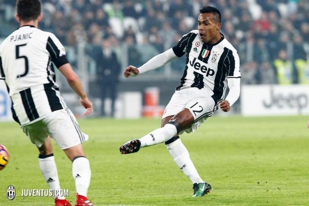 Alex Sandro dispara en el momento de anotar el 1-0 | Foto: FC Juventus