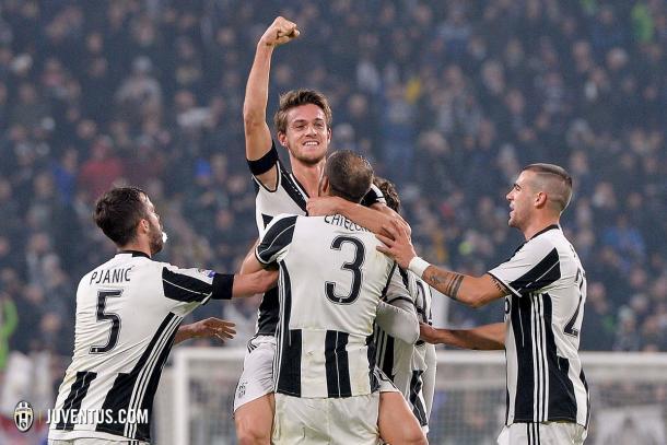 Rugani celebra sobre los brazos de Chiellini su tanto ante el Atalanta | Foto: Juventus FC