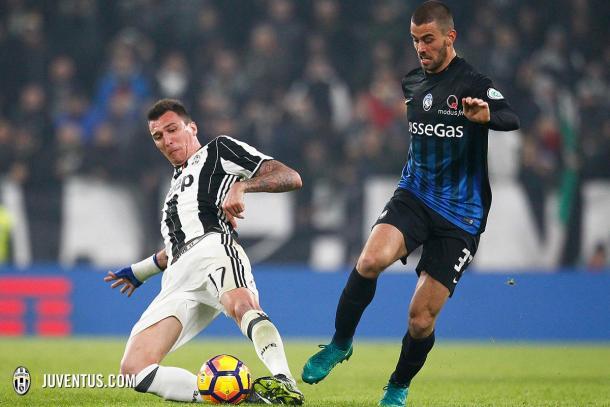 Mario Mandžukić roba el balón ante la mirada de Spinazzola | Foto: FC Juventus
