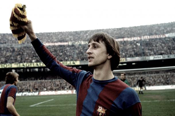 Foto: @eofutbol / Cruyff en un partido con el FC Barcelona