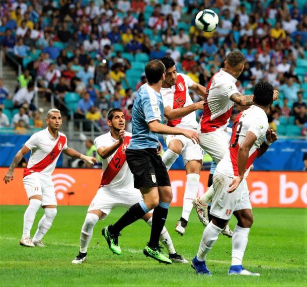 Diego Godín disputando el balón con Carlos Zambrano | Foto: AUF