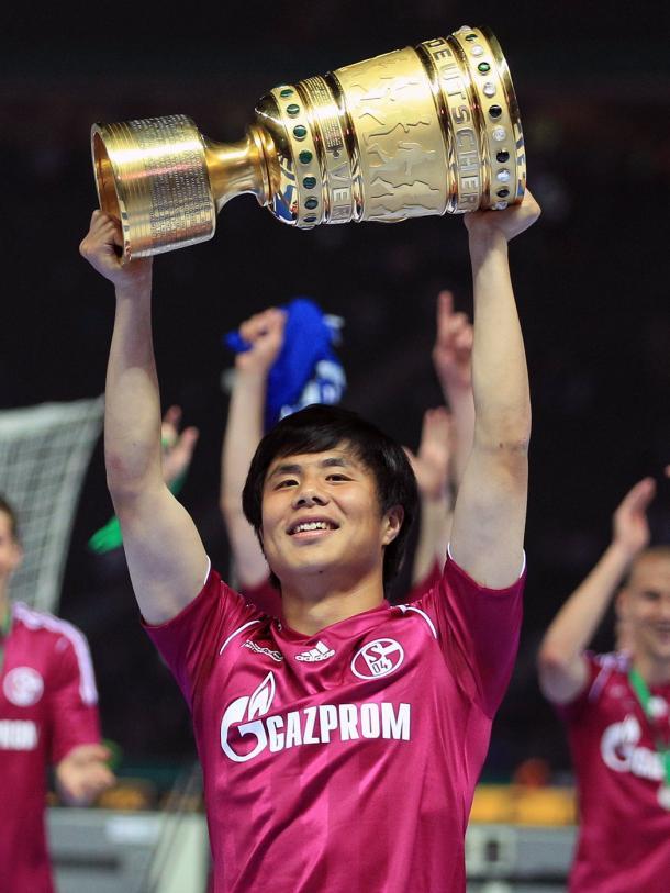 Junmin Hao levantando la DFB-Pokal | @s04