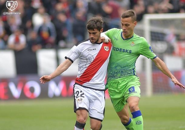 Pozo y Canales pelean un balón durante el partido   Fotografía: Rayo Vallecano