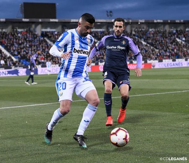 Michael Santos frente a la defensa del Valladolid | Foto: CD Leganés