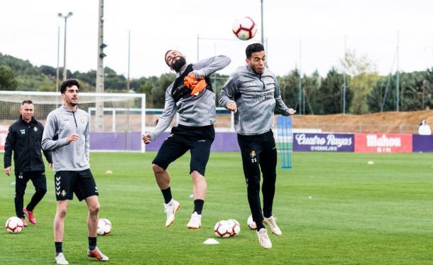 Anuar y Verde saltan a por el balón | LaLiga
