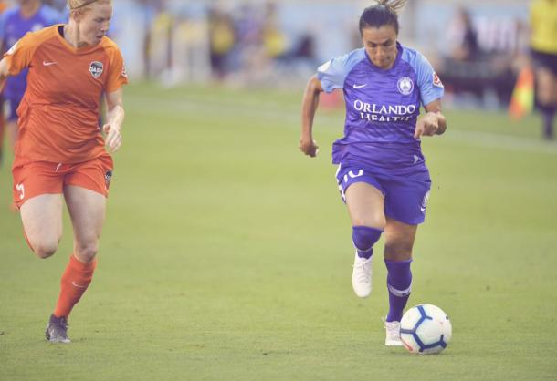Claire Polkinghorne (left) shadows Marta (right) in the match on Sunday. | Photo: isiphotos.com via @ORLpride