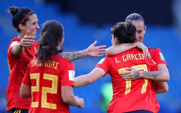 Abrazo tras anotar un gol / Foto: FIFA