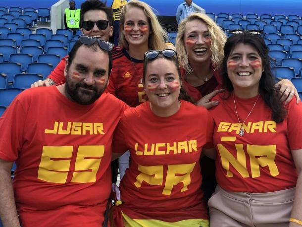 Aficionadas y un aficionado español muestran sus camisetas de apoyo en el encuentro de hoy con el lema de España / Foto: @SeFutbolFem