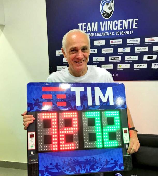 El Presidente Percassi con el rótulo que representa los 72 puntos en Serie A (Foto: Atalanta)