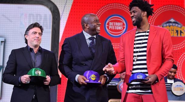 I rappresentanti delle squadre in top 3: il co-proprietario del Celtics Wyc Grousbeck, il presidente dei Lakers Magic Johnson e l'uomo franchigia dei Sixers Joel Embiid. | Fonte: twitter.com/NBAEvolution