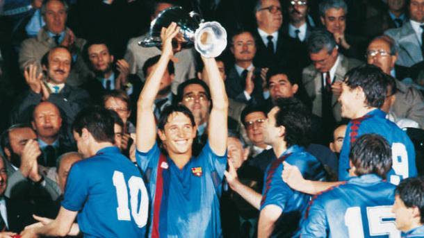 FC Barcelona 2-0 Sampdoria. Lineker alza la copa (foto:barcelonamasqueunclub)