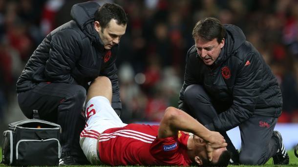 Zlatan es atendido por el cuerpo medico | Foto: Manchester United.