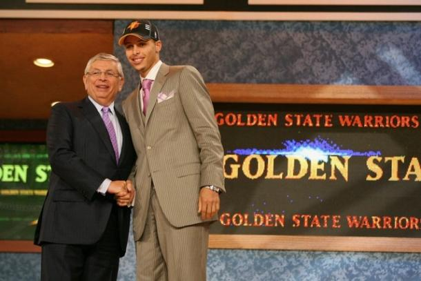 Curry posa ante las cámaras tras ser drafteado / Foto: NBA.com