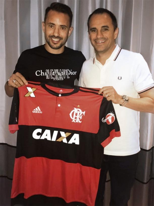 Éverton Ribeiro e Rodrigo Caetano posam para a foto (Foto: Divulgação/ Flamengo)