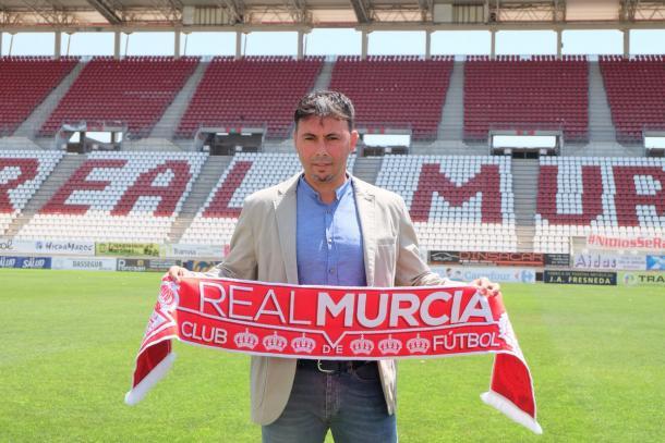 Imagen: Real Murcia  | Manolo Sanlúcar en su presentación con el Real Murcia