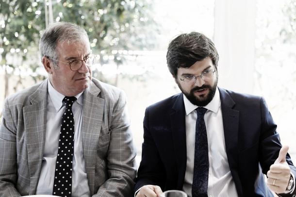 Gerard Esteva (à direita) em reunião de Esporte e Cultura de Barcelona | Foto: Twitter/Gerard Esteva