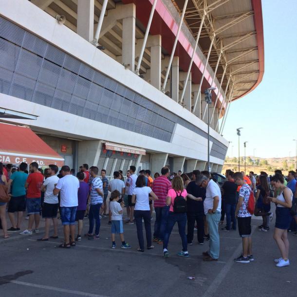 Ya hay ambiente en los alrededores del estadio (fuente realmurcia)