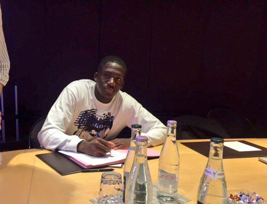 Konaté puts pen to paper. | Photo: RB Leipzig.