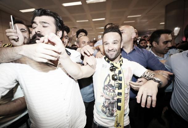 Valbuena é recebido com festa por torcedores do Fenerbahçe em aeroporto (Foto: Divulgação/Fenerbahçe)