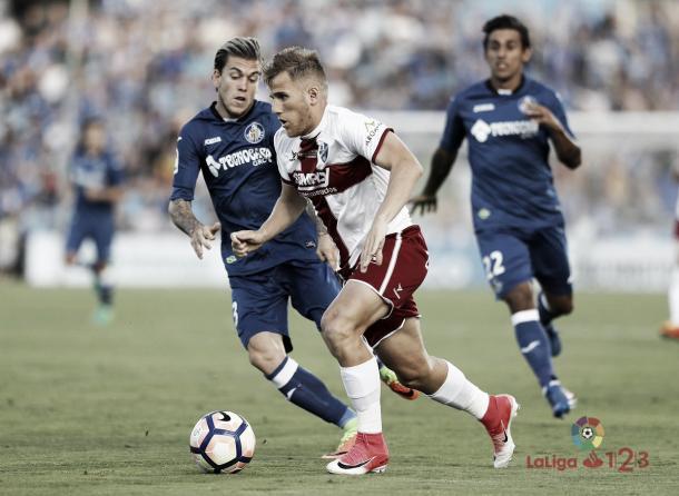 Samu Sáiz tenta a jogada pelo Huesca | Foto: Divulgação/La Liga