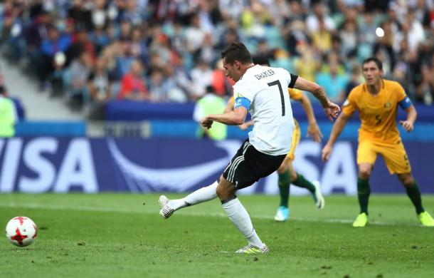 Draxler calcia il rigore. Fonte: https://twitter.com/dfb_team?lang=it