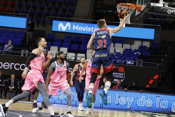 Rokas Giedraitis, ante el FC Barcelona | Fuente: www.baskonia.com