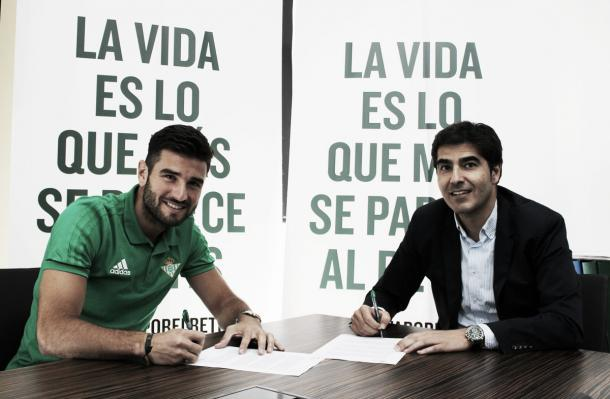Antonio Barragán assinando seu contrato com o Real Bétis | Foto: Divulgação/Real Bétis