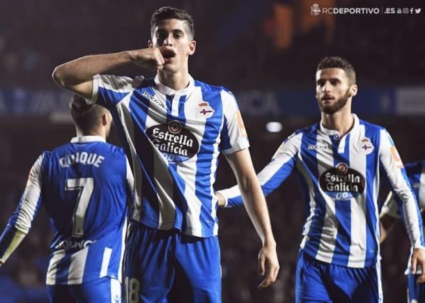 Carlos Fernández dedica su gol ante las cámaras. | Imagen: Real Club Deportivo de La Coruña.