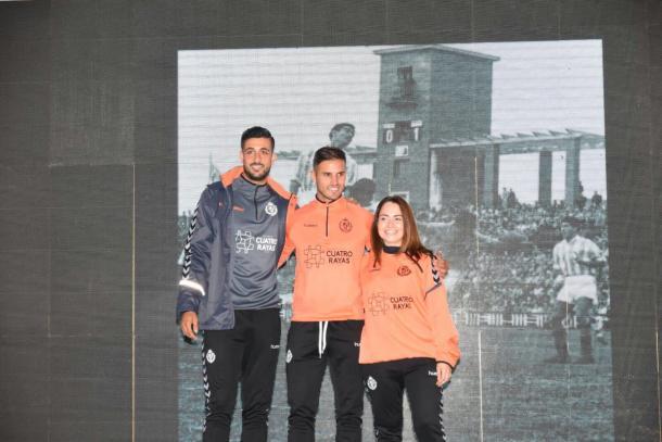 Parte de la plantilla presentando la ropa de paseo y entrenamiento para esta nueva temporada. Fuente Real Valladolid