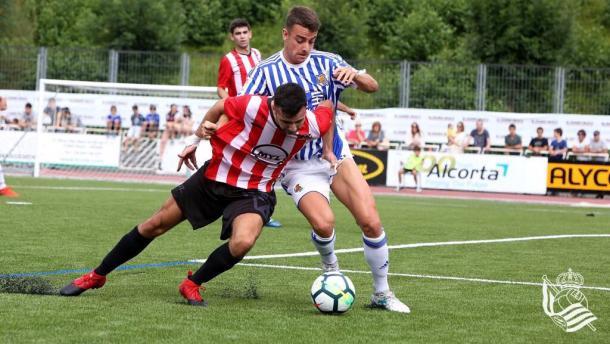David Concha, el mejor de la primera mitad, lucha por un balón con un defensa del Elgoibar | Foto: Real Sociedad