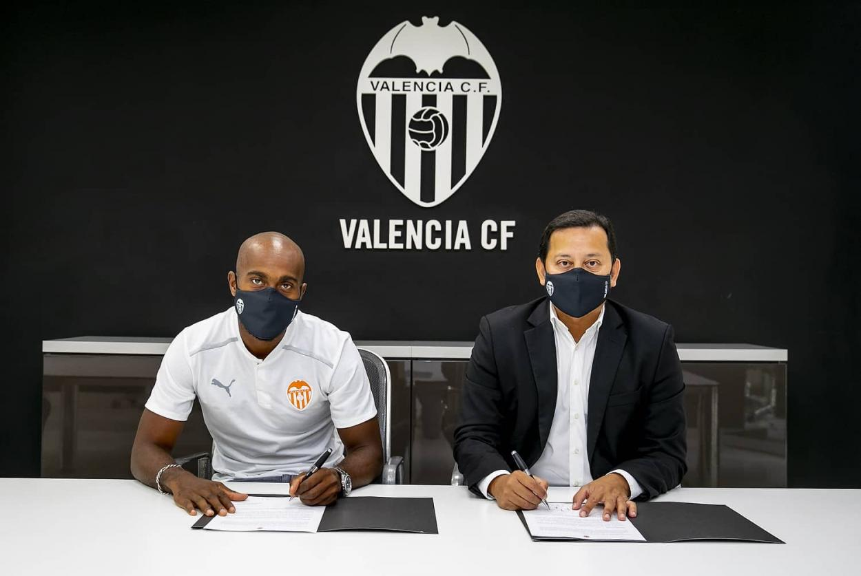 Foulquier firmando su contrato | Foto: Valencia CF