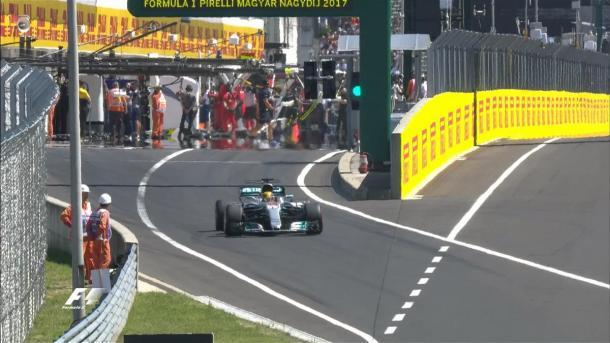 Subito Hamilton in pista all'inizio della Q1. Fonte foto: formula1.com