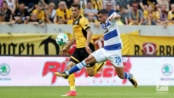 Cauly Oliveira Souza competes for the ball for Duisburg. | Photo: Bundesliga.