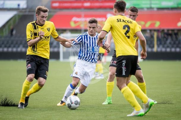 Los jugadores del Venlo protegen el balón ante la presión realista.   Foto: Real Sociedad