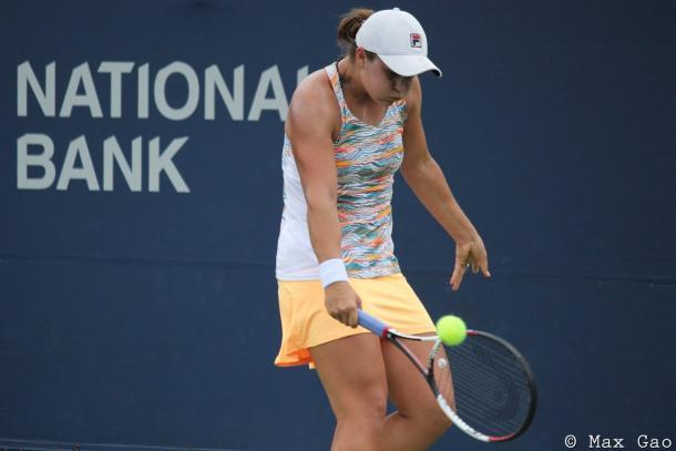 Ashleigh Barty attempts a drop shot | Photo: Max Gao / VAVEL USA Tennis