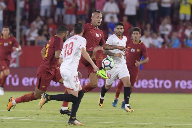 Nainggolan supera Escudero. Fonte: https://twitter.com/officialasroma