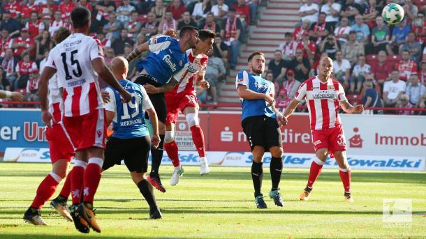 Damir Kreilach goes for a header. | Photo: Bundesliga.