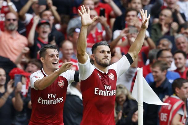 Sead Kolasinac, gol all'esordio, esultanza e trofeo. | Fonte immagine: Twitter @Arsenal