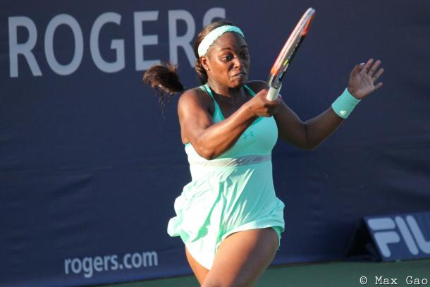 Sloane Stephens hits a forehand in her first round match | Photo: Max Gao / VAVEL USA Tennis