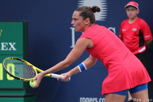 Roberta Vinci prepares to serve | Photo: Max Gao / VAVEL USA Tennis