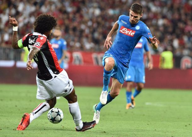Brasileiro Dante disputa bola com ítalo-brasileiro Jorginho (Foto: Divulgação/SSC Napoli)