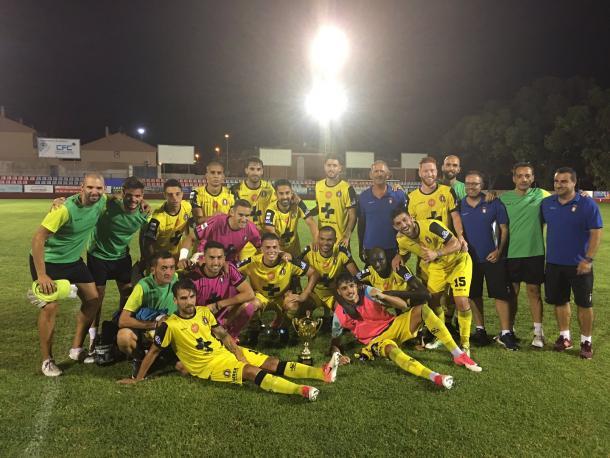 Jugadores del Lorca con el trofeo Miguel Ronquillo. | Foto: @lorcadeportiva oficial
