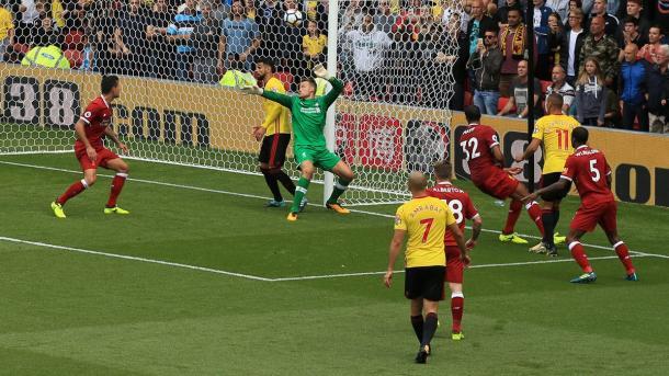 O momento da finalização de Richarlison que acertou o travessão e terminou com gol de Britos (Foto: Divulgação/Watford)