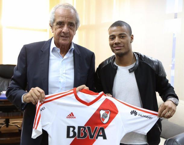 Rodolfo D'Onofrio junto a De La Cruz sosteniendo la camiseta de River. Foto: River oficial.